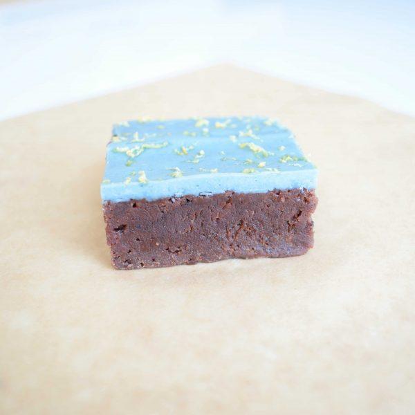 Biologische Vegan Brownie Box Bestellen - Vers op Order - Exclusief - Ambachtelijk - Echt - Geschenk - Natuurlijke vegan brownies met blauwe chocolade - chocolade gebakjes bestellen
