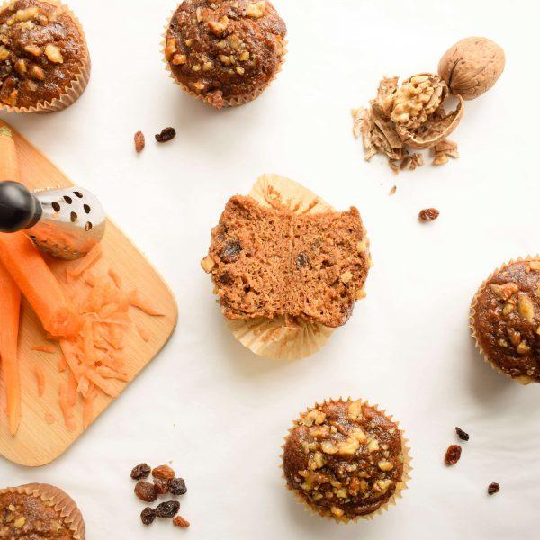 Crunchy dankzij de walnootjes en extra juicy door de rozijnen. Dit heerlijke Carrot muffin proeft hetzelfde als een heerlijk ouderwetse Worteltaart, maar dan extra gezond! Deze wortel muffins zijn volkoren, suikervrij, Vegan en absoluut heerlijk van smaak!