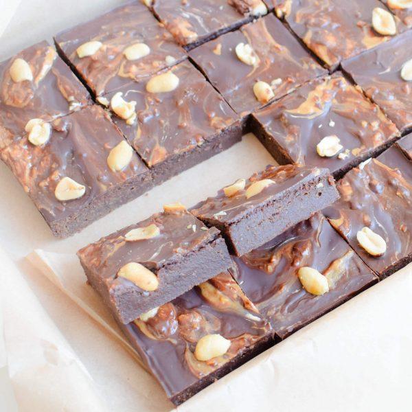 Fudgy organic vegan peanut butter brownies per post bestellen - Deze heerlijke fudgy brownies zijn biologisch, vegan, ambachtelijk, vers op order, met de beste kwaliteit handgemaakt en makkelijk te bestellen op onze webshop. Nu met gratis persoonlijk boodschap. Op werkdagen voor 14.00 besteld is zelfde dag verzonden! Fudgy brownies - chewy chocolate chip cookies - moist muffins - exclusive cakes & more