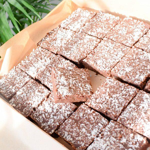 Organic vegan cocos brownies per post - Deze heerlijke brownies zijn biologisch, vegan, fudgy, ambachtelijk, vers op order, met de beste kwaliteit handgemaakt en makkelijk te bestellen op onze webwinkel. Nu met gratis persoonlijk boodschap. Op werkdagen voor 14.00 besteld is zelfde dag verzonden! Fudgy brownies - chewy chocolate chip cookies - moist muffins - exclusive cakes & more