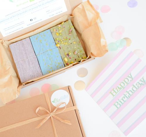 Bio Vegan Brownie Party Box - Bestel de lekkerste vegan brownies per post - Een mix van unieke smaken brownies in 1 feestelijk doosje - Nu met gratis handgeschreven bericht - Werkdagen voor 14:00 besteld = zelfde dag verzonden - Ambachtelijk - Duurzaam - Vers op Order