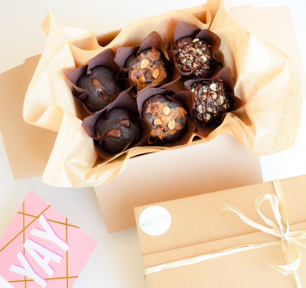 Organic Vegan muffins bestellen? Deze mix van vegan muffins zijn volledig biologisch, ambachtelijk, duurzaam en vers op order! - Per post verstuurbaar - Nu met gratis persoonlijk boodschap! - Moist muffins - Fudge brownies - Chewy cookies per post