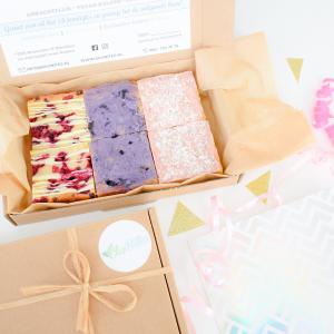 Fudgy Brownies Per Post Bestellen - Onze Brownies zijn volledig Biologisch, Ambachtelijk en Vers op Order! - Vegan Opties - De brownies zijn te bestellen in versierde doosjes van 6, 12 en 24 stuks - Ook gemixte doosjes verkrijgbaar!