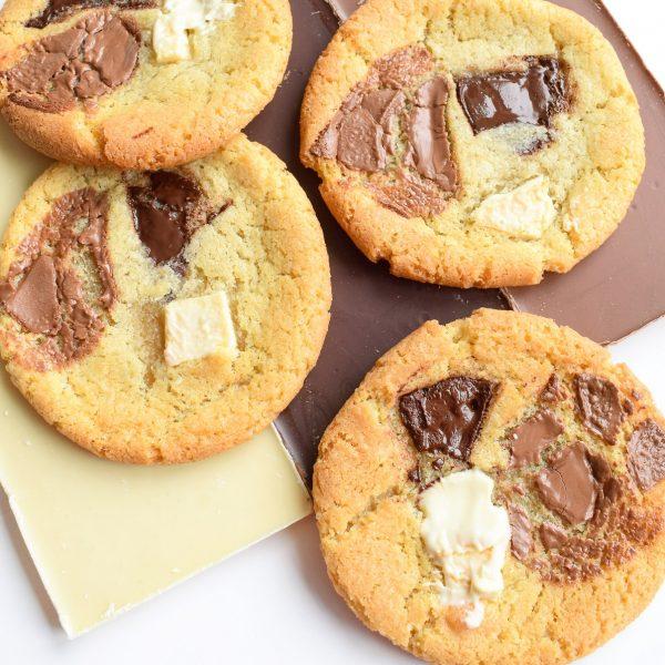 Triple Chocolate Cookies Bestellen - EkoBites - Onze Chocolate Cookies zijn 100% BIO en we hebben ook Vegan keuzes - Cookie Box per Post - Met persoonlijk handgeschreven boodschap - Werkdagen voor 14:00 besteld = zelfde dag verzonden - Ambachtelijk - Handmade - Vers op Order - Duurzaam