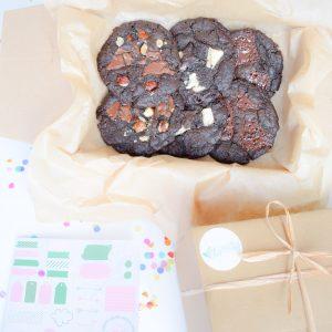 De Nieuwe Bio Vegan Chocolate Cookie Party Box Online Bestellen - Feestelijk Box met 3 unieke smaken BIO Vegan Chocolate Chunk Cookies - Onze Chocolate Cookies zijn 100% BIO en we hebben ook Vegan keuzes - Cookie Box per Post - Met persoonlijk handgeschreven boodschap - Werkdagen voor 14:00 besteld = zelfde dag verzonden - Ambachtelijk - Handmade - Vers op Order - Duurzaam