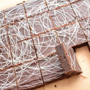 Fudgy Vegan Glutenvrije Brownie Bestellen | Onze gebakjes zijn 100% BIO, ambachtelijk, duurzaam & vers op order - Werkdagen voor 14:00 besteld = zelfde dag verzonden | Voeg nu een persoonlijk handgeschreven boodschap toe!