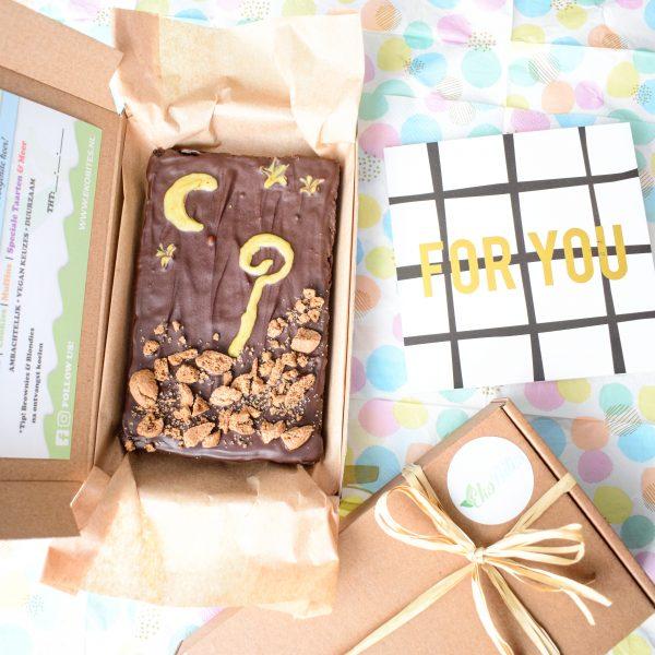 Wil jij iemand verrassen met een sinterklaas cadeautje dan is dit unieke en luxe box met een plaat brownie, wel heel bijzonder en speciaal - Sinterklaas Pakketjes Bestellen - Sinterklaas Cadeautjes Bestellen - 100% Biologisch - Brievenbus Cadeautjes - Pakjesavond Idee - Vegan - Duurzaam