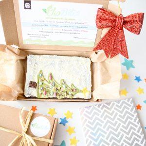 Wil jij iemand verrassen met een kerstcadeautje dan hebben we hier voor jou een super bijzondere box met een plaat vegan brownie gemaakt met 100% biologische ingrediënten - Kerstcadeau bestellen - Kerstpakketje bestellen - Kerst Verrassing - Vegan Brownies Bestellen