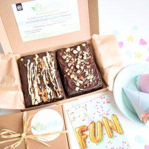 Cakejes door de brievenbus - Taart per post - Unieke chocolade taart versturen als cadeau, beterschap of traktatie | Voeg gratis een persoonlijk bericht toe aan uw bestelling - 100% BIO Ingrediënten & Vegan Keuzes