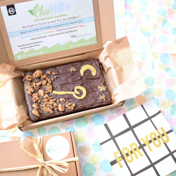 Wil jij iemand verrassen met een sinterklaas cadeau dan is dit unieke en luxe box met een plaat brownie, wel heel bijzonder en speciaal - Sinterklaas Pakket Bestellen - Sinterklaas Cadeau Bestellen - 100% Biologisch - Brievenbus Cadeau - Pakjesavond - Vegan - Duurzaam